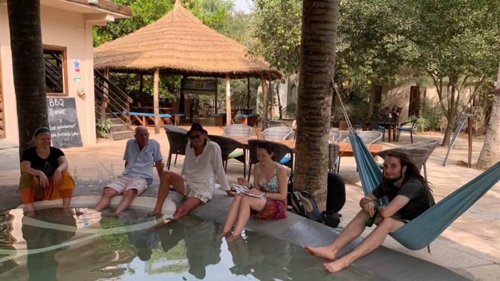 Junto a la piscina ecológica
