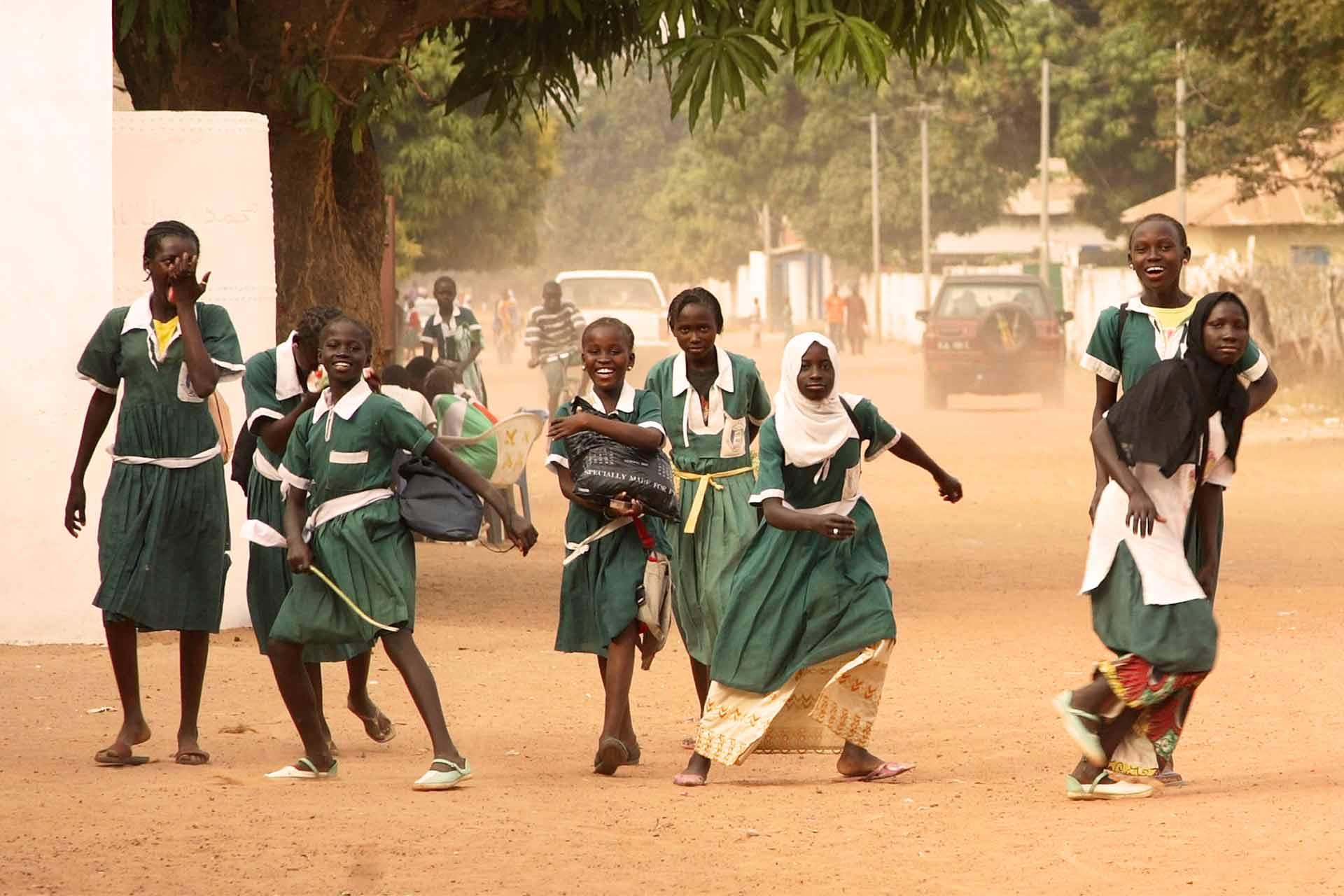 Aktivitäten in gambischen Schulen und Fischerdörfern